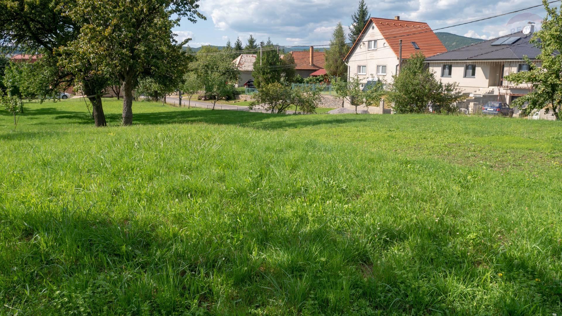 PREDAJ - Pozemok 740 m2 - Čereňany, centrum obce