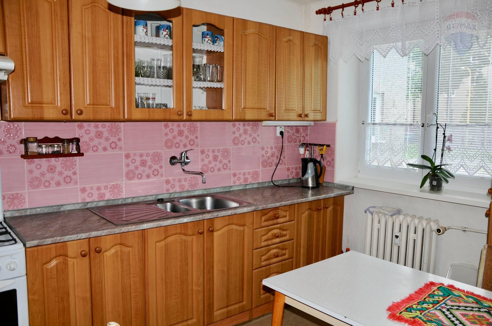 Predaj bytu (2 izbový) 67 m2, Prievidza - predaj 2-izbový byt Prievidza Staré sídlisko pôvodný stav