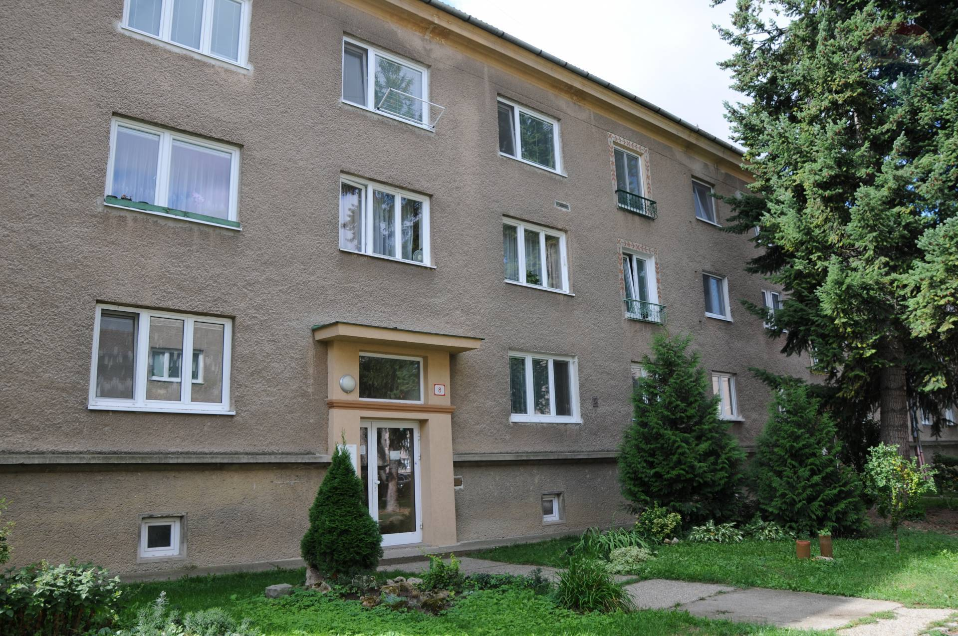 REZERVOVANÉ !!! 2 izbový byt 67 m2 na Starom sídlisku, zvýšené prízemie, bez balkóna