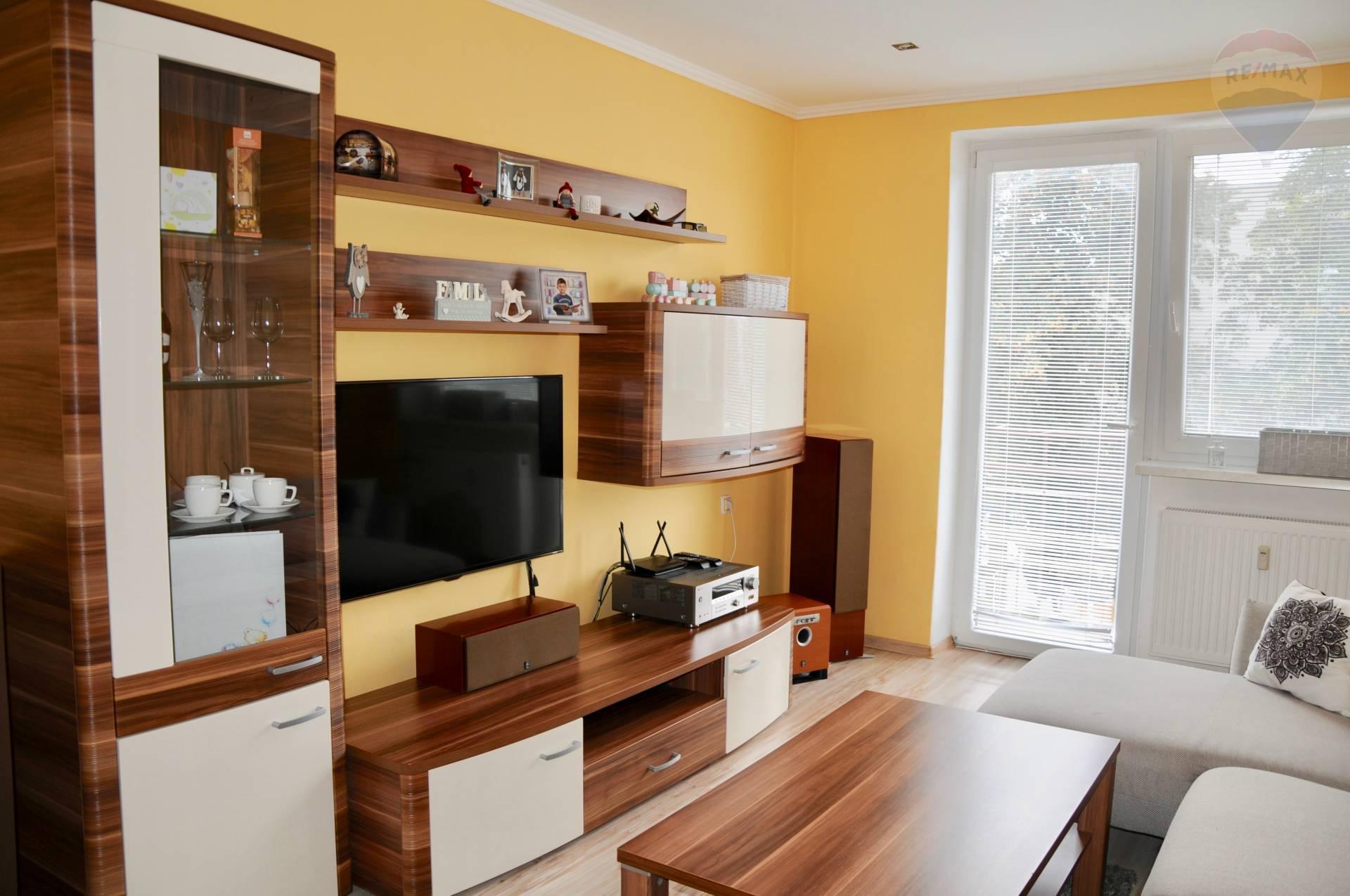 REZERVOVANÉ !!!  Zariadený 3-izbový byt 67 m2 na 3.poschodí v centre Prievidze