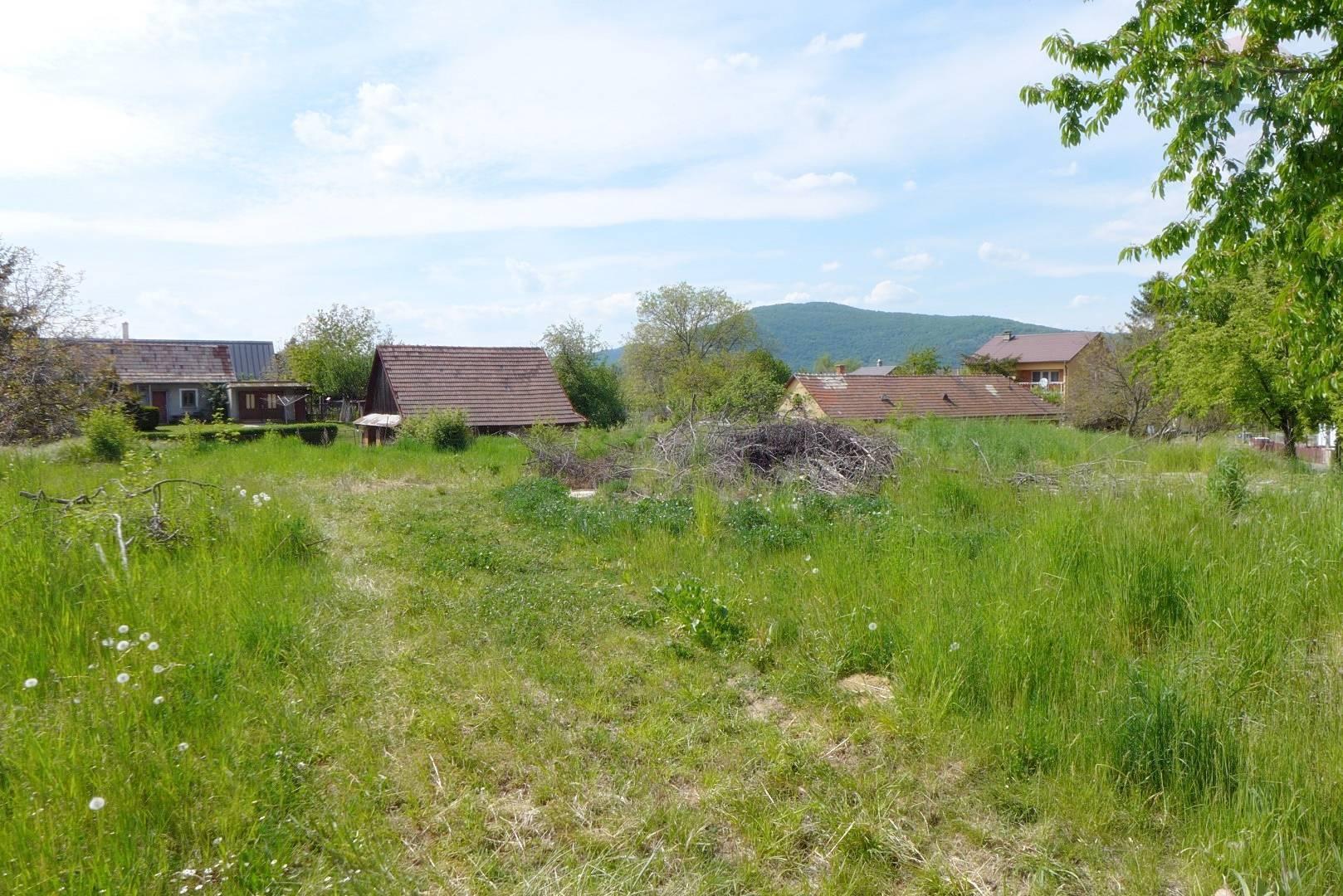 Stavebný pozemok o výmere 1572 m2 obec Bystričany okres PRIEVIDZA