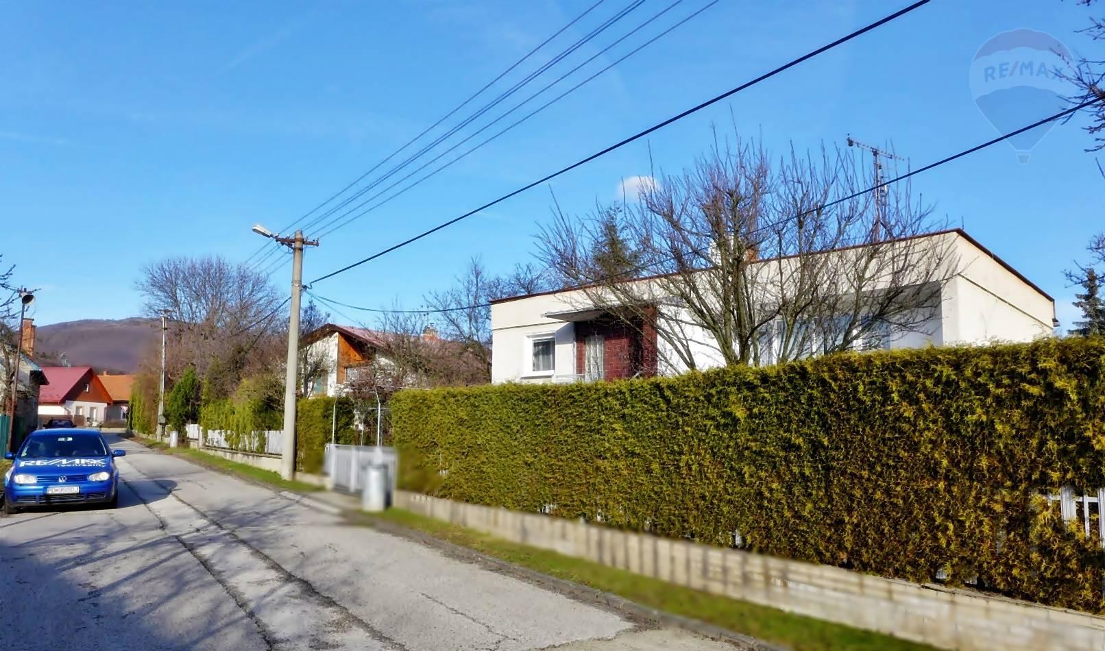 Rodinný dom -  garáž pre 2 auta, parcela 379 m2 ul. Bottova -  BOJNICE okres PRIEVIDZA