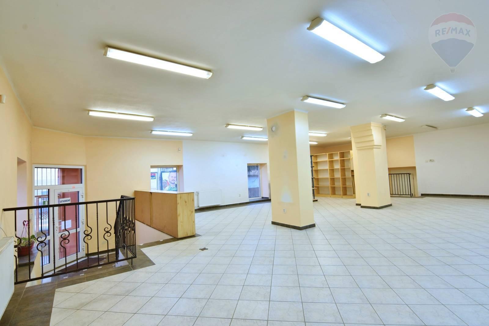 Podnikateľský priestor pre obchod , služby , sídlo firmy 110 m2  námestie   Nitrianske Pravno