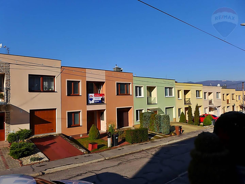 REZERVOVANÉ Rodinný dom 6 izbový, radová zástavba, parc. 271 m2, ul. Narcisová  - PRIEVIDZA
