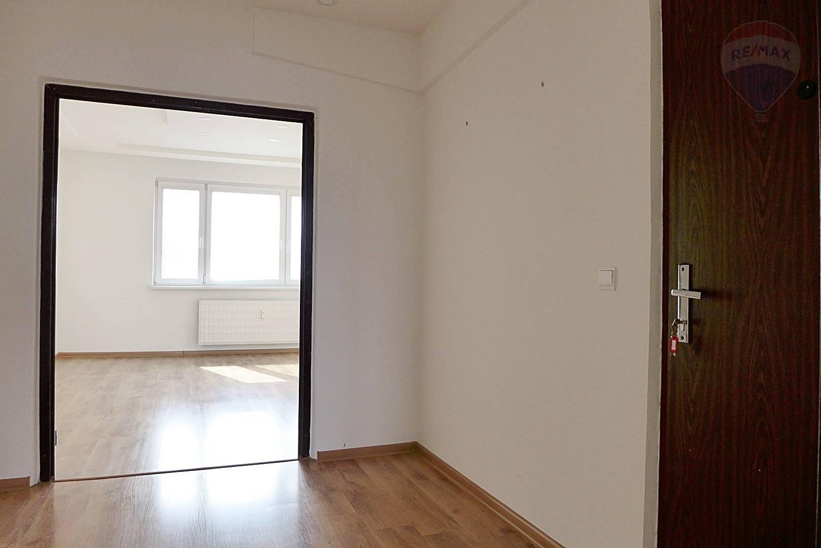 PREDAJ 3 izbový byt s lógiou 70 m2 ul. Urbárska - 8.poschodie s výťahom - sídl. Necpaly - PRIEVIDZA
