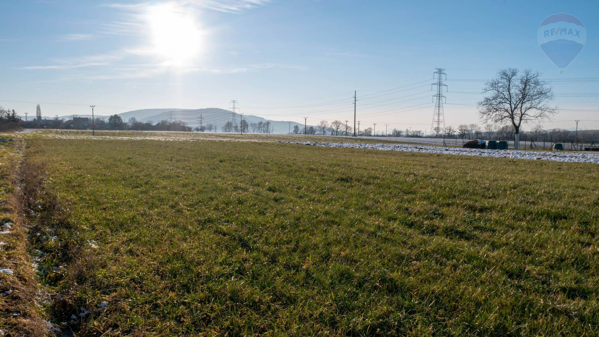 Rezervované - Stavebný pozemok Oslany 850m2