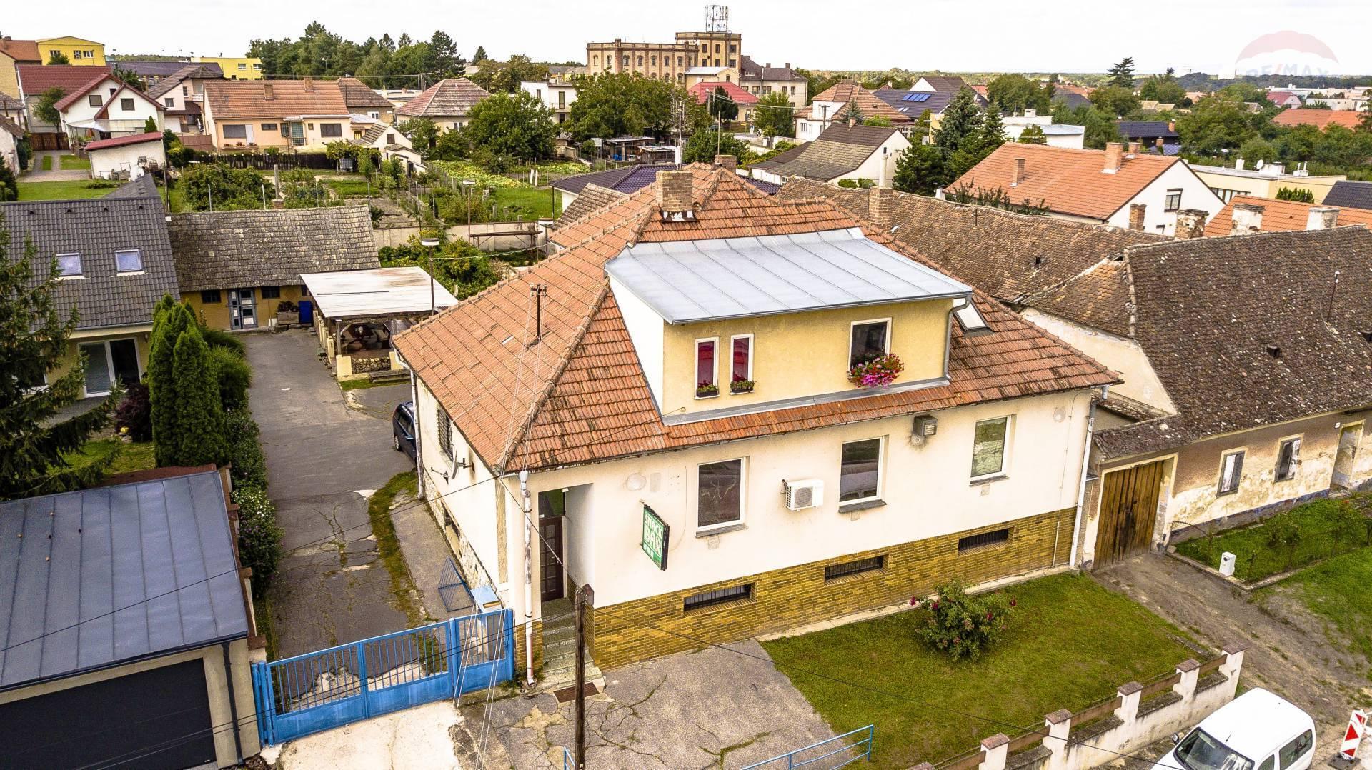 Predaj komerčného priestoru s bytom v Gbeloch