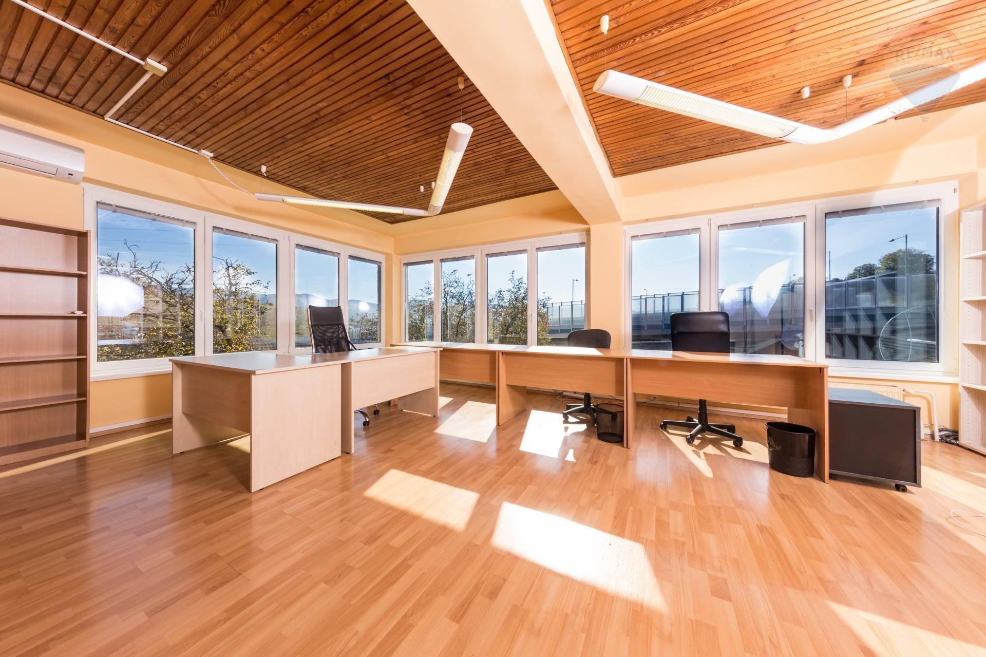 Prenájom: kancelárske priestory v administratívnej budove.