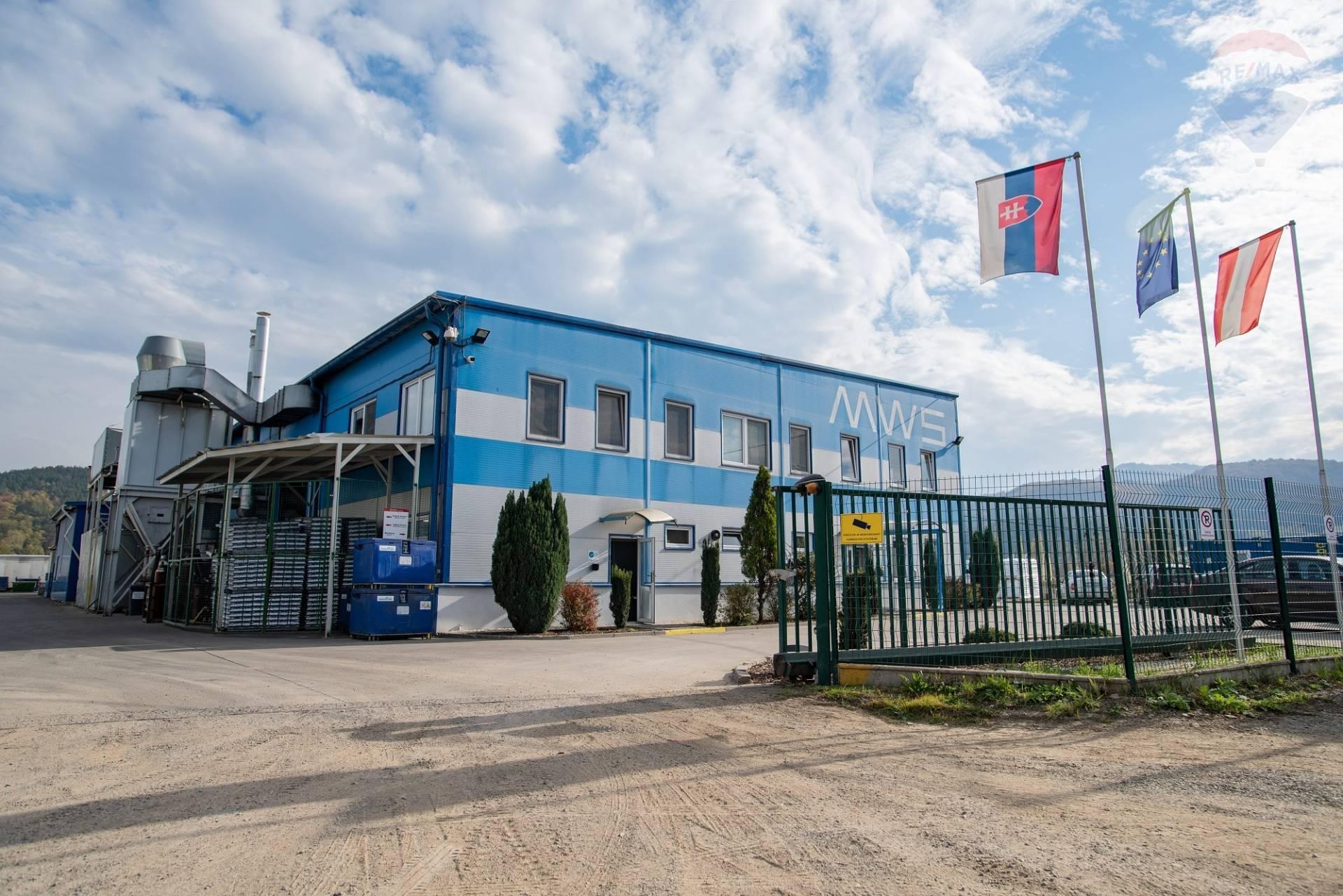 NA PREDAJ: hala na  výrobu s administratívou a  rezervovanou plochou pozemku pre ďalšiu výstavbu.