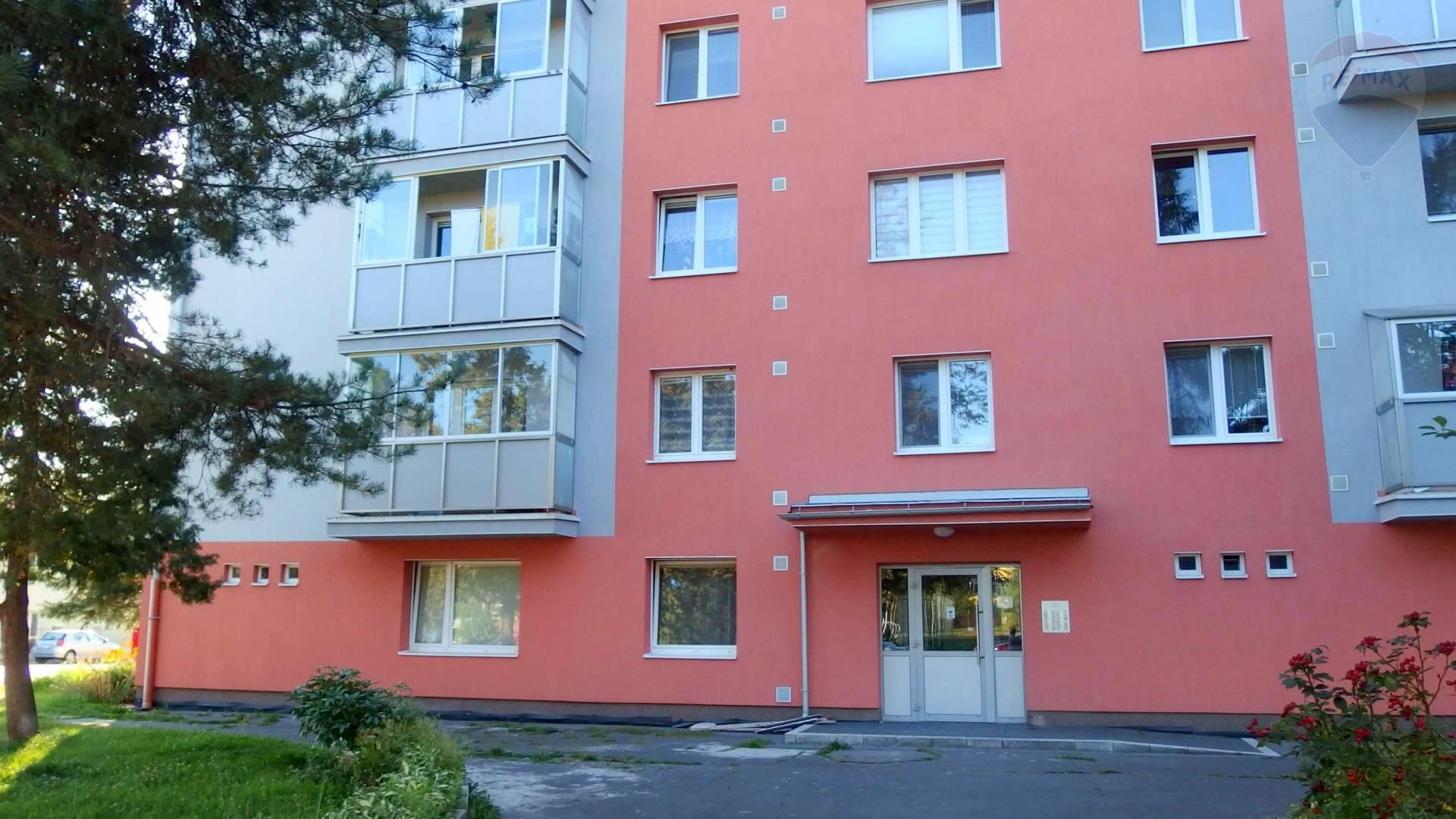 Predaj: 3-izbový byt s balkónom na skvelom mieste v Brezne.
