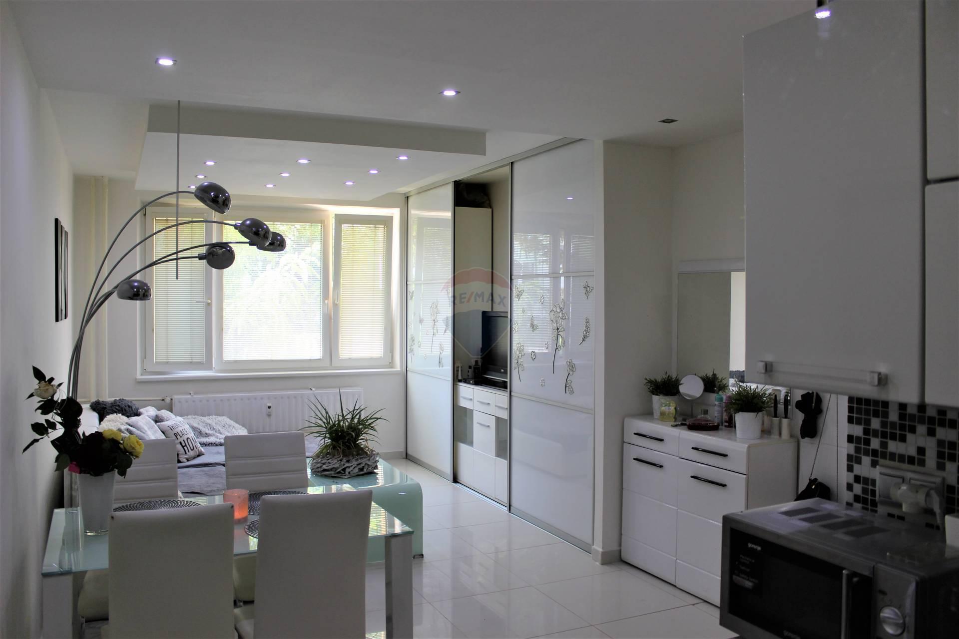 =RE/MAX= Na predaj kompletne zrekonštruovaný 2 izbový byt