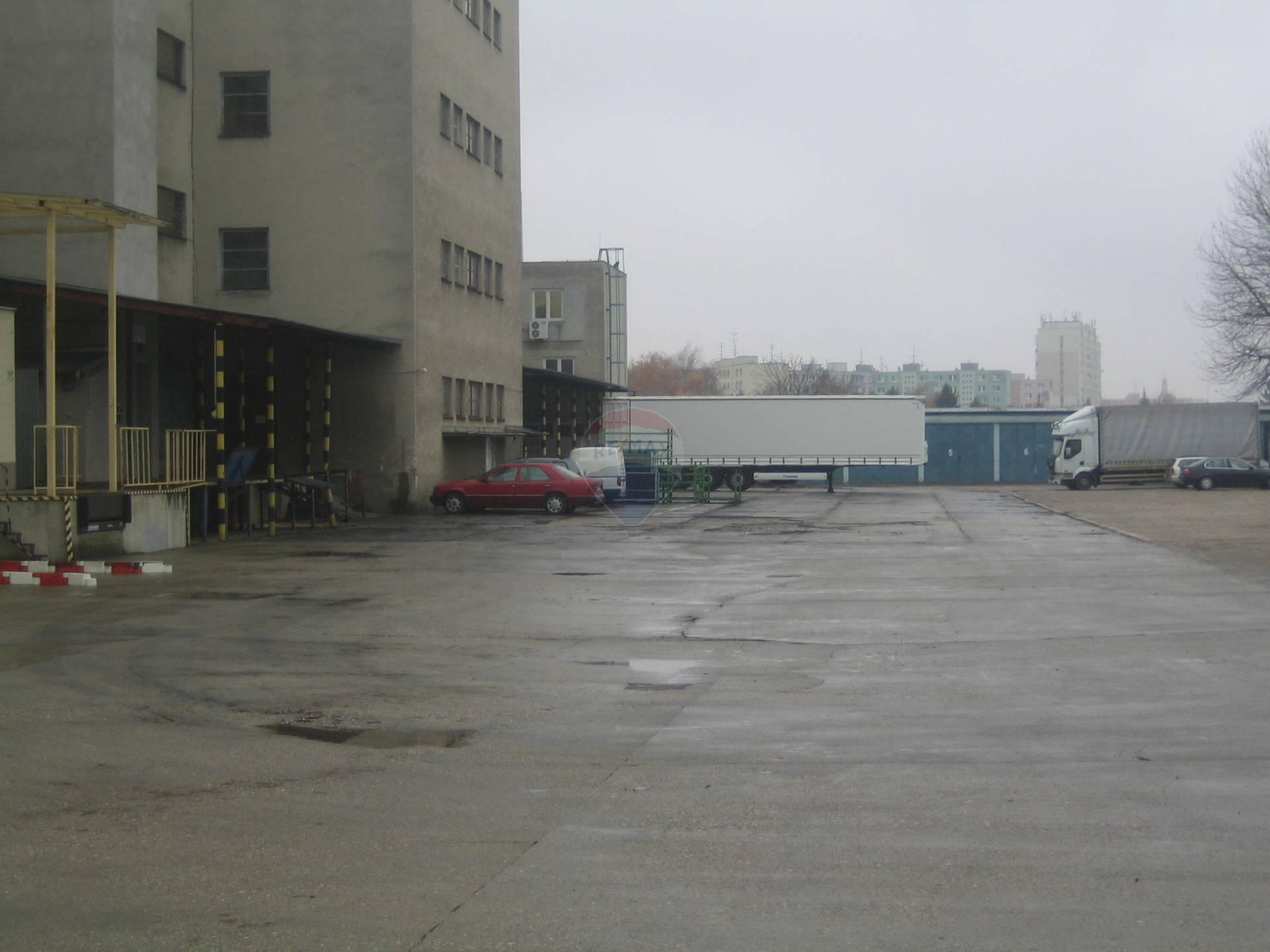 Prenájom komerčného priestoru 400 m2, Trnava - dvor parkoviská