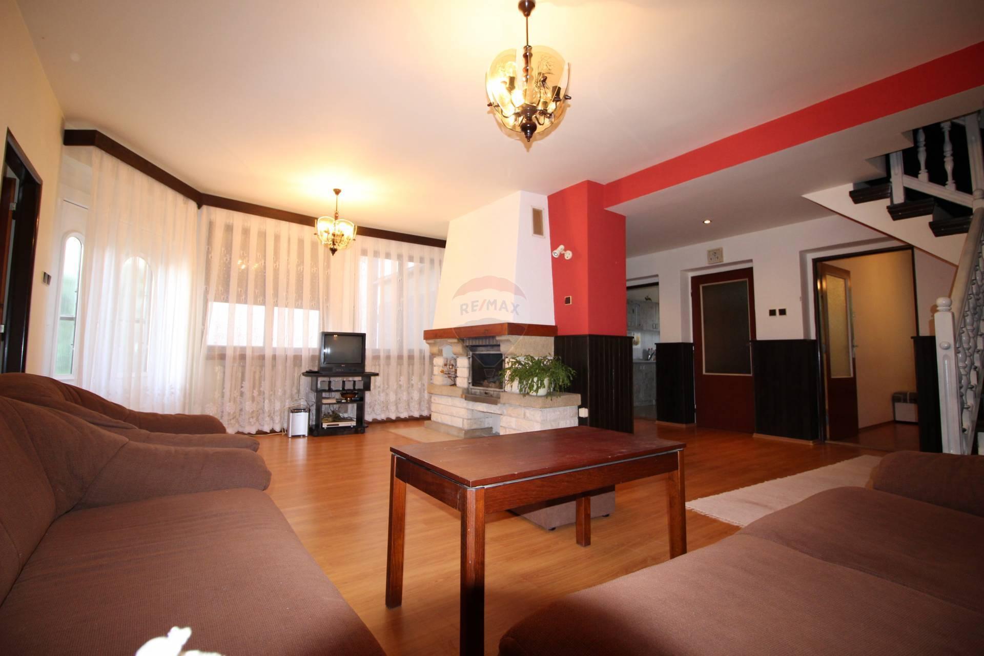 =RE/MAX= Na predaj dvojpodlažný 8 izbový rodinný dom, 1145 m2 pozemok, Hrnčiarovce centrum