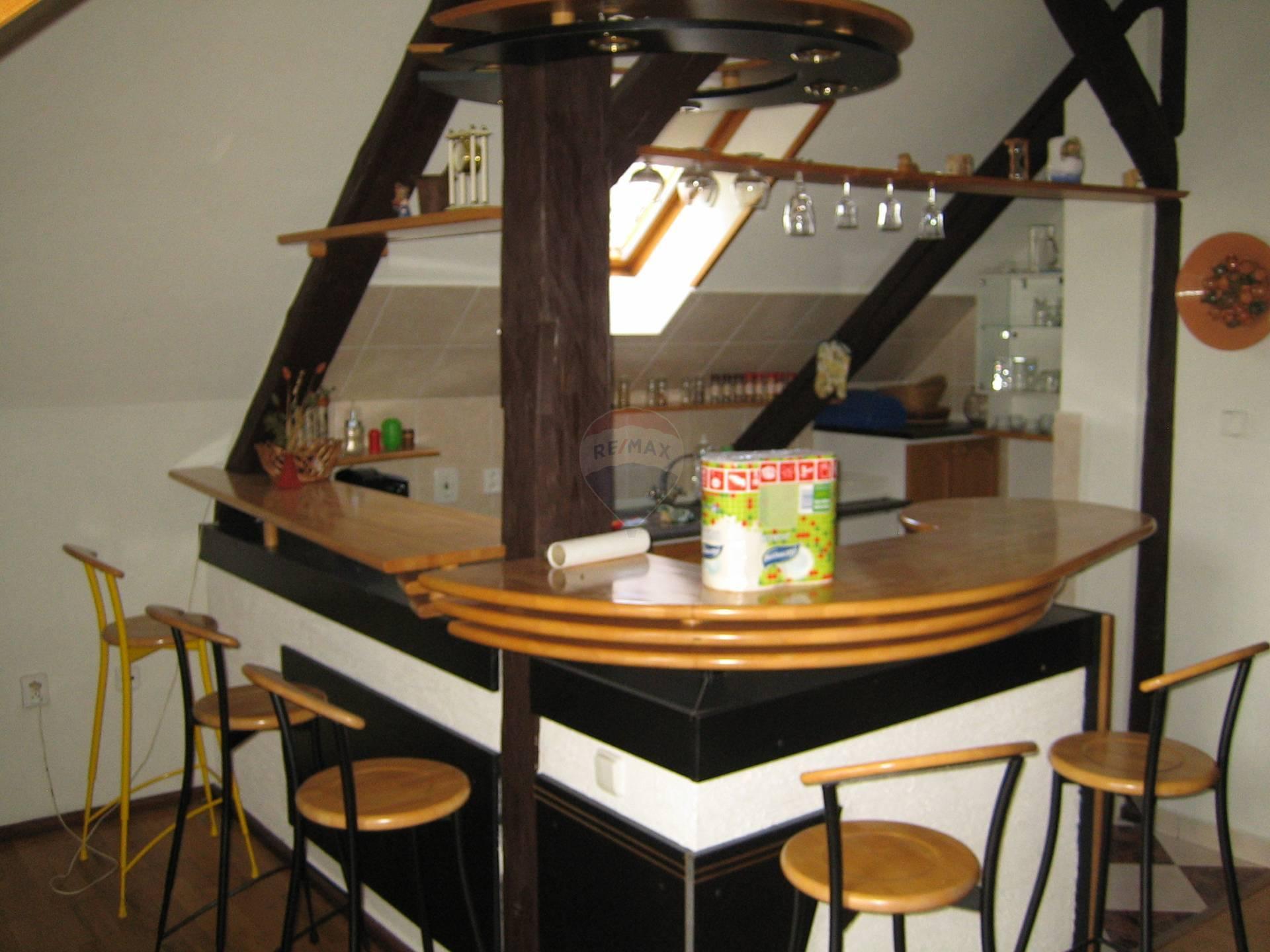 Prenájom bytu (4 izbový) 120 m2, Brestovany - barové sedenie