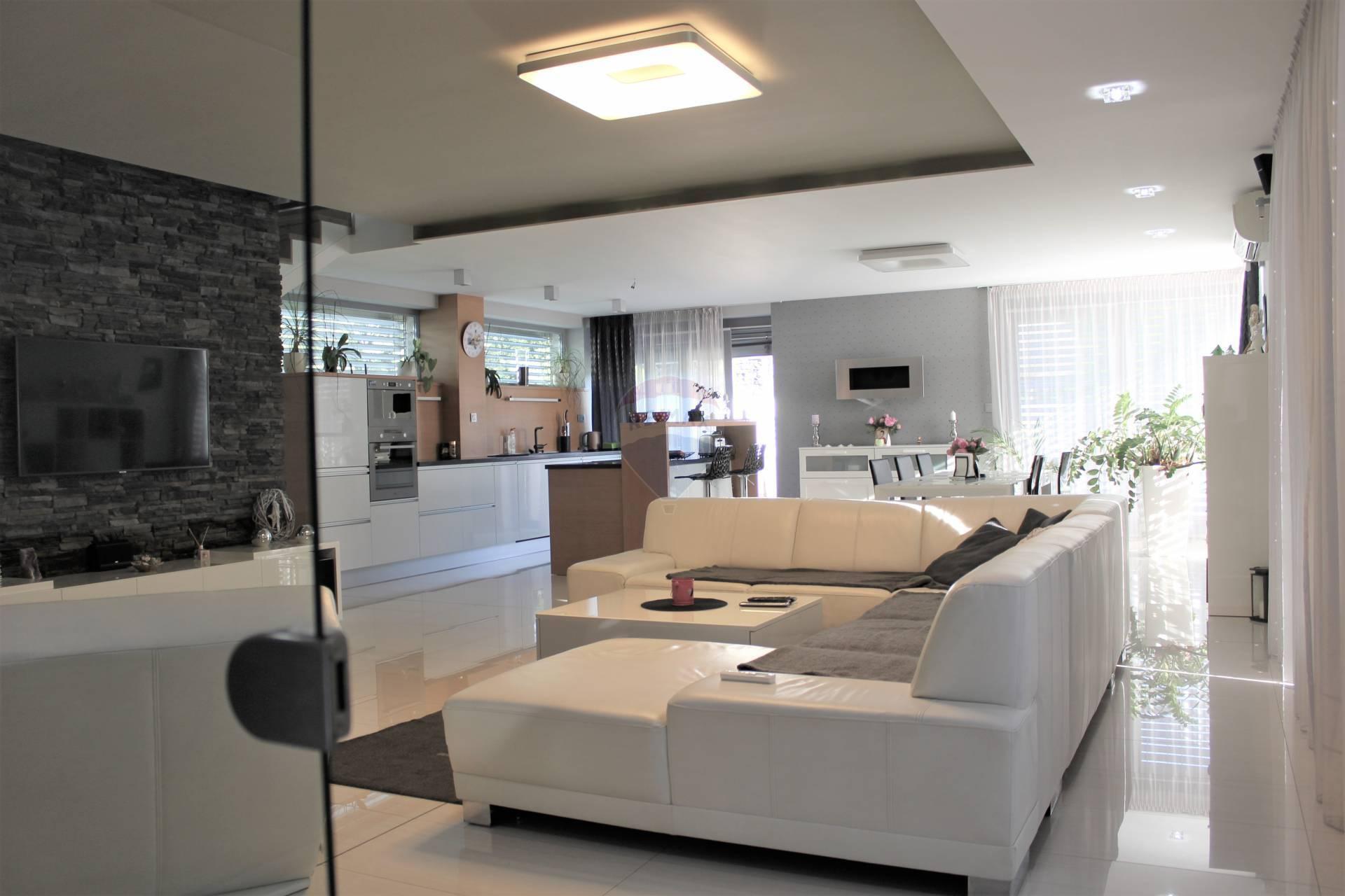 Predaj luxusnej dvojpodlažnej vily, pozemok 876 m2