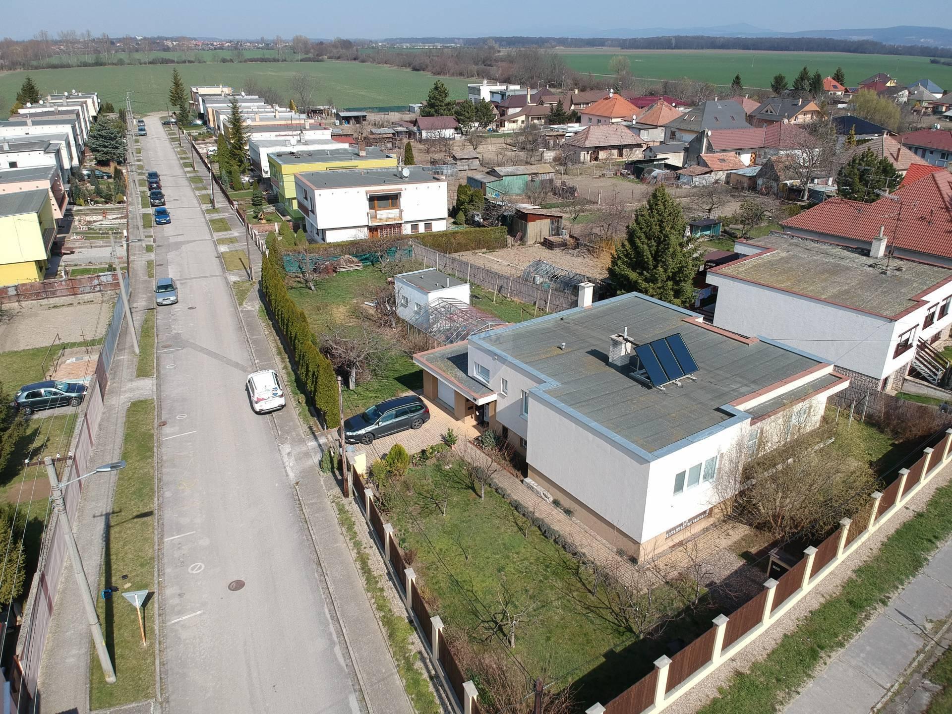 =RE/MAX= Na predaj kompletne zrekonštruovaný 4 izbový dom s veľkým pozemkom