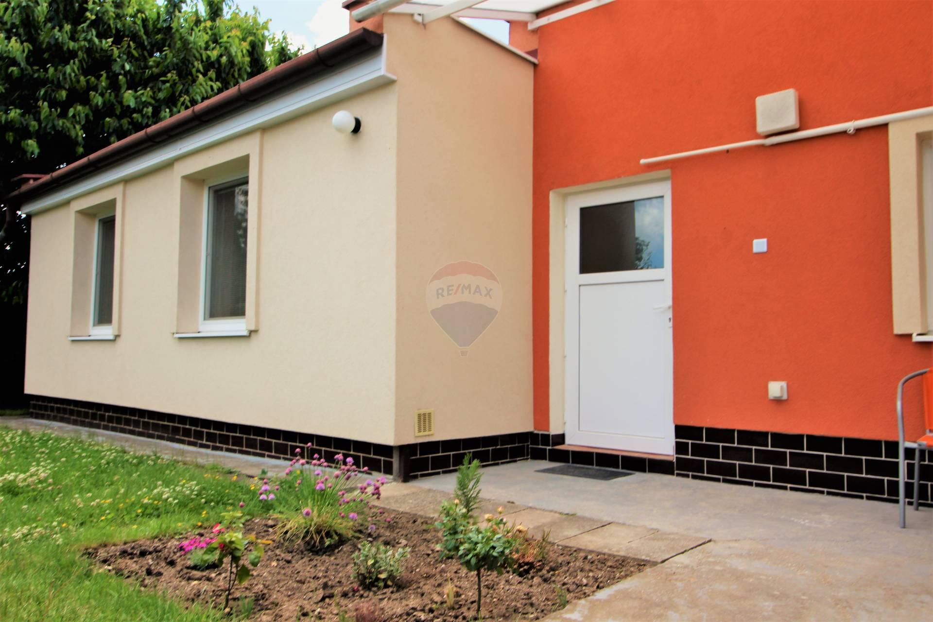 RE/MAX ponúka na dlhodobý  prenájom  2 izbový byt s dvorom  a záhradou  v Trnave.