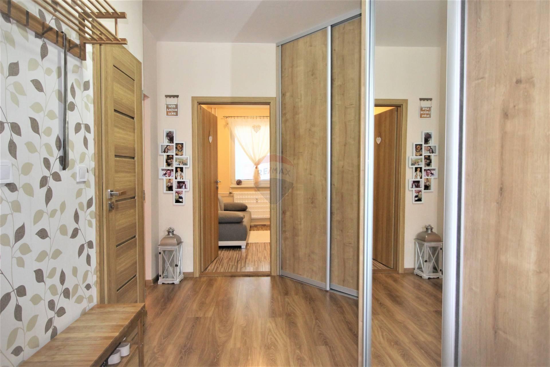 =RE/MAX= Na predaj zrekonštruovaný 3 izbový byt, Na hlinách