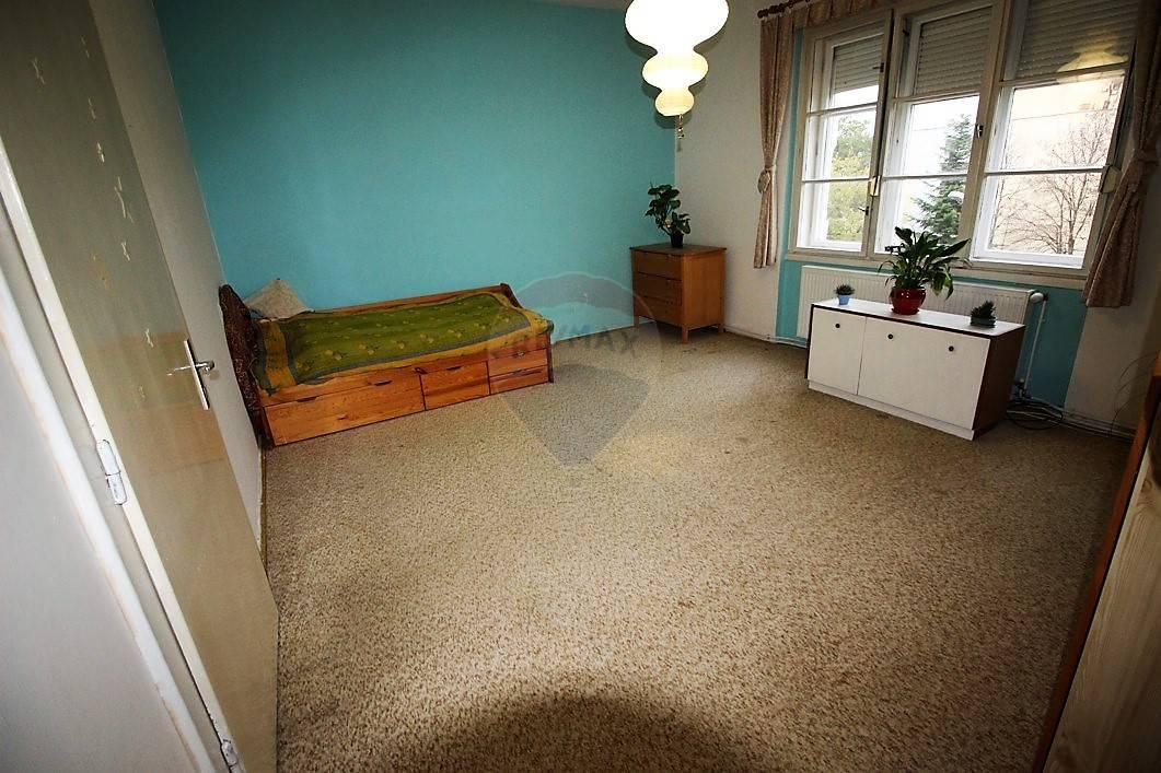 RE/MAX ponúka na predaj 2 izb.  priestranný byt s park. miestom na ulici Terézie Vansovej v Trnave.