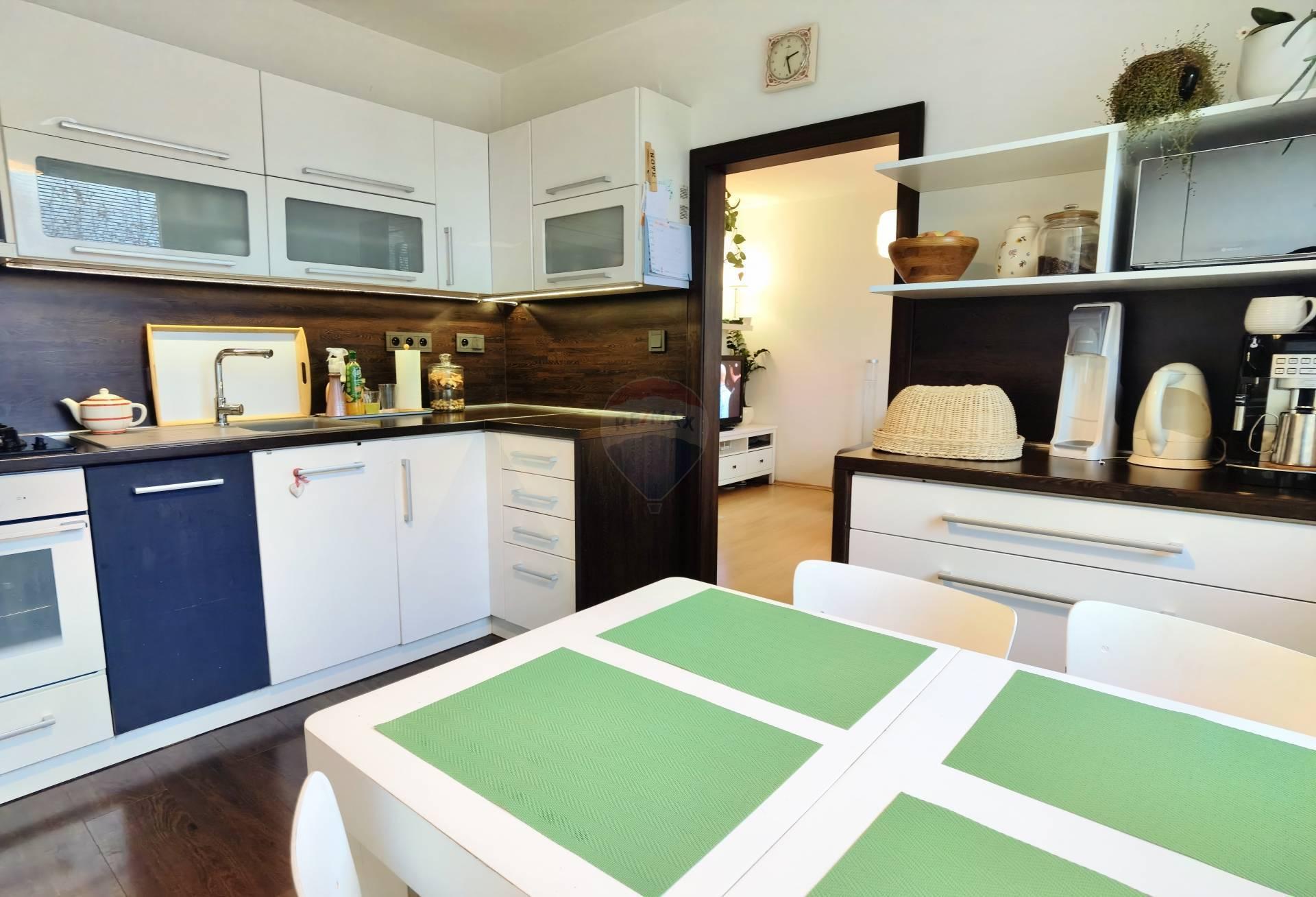 =RE/MAX= Na predaj zrekonštruovaný priestranný 2 izbový byt, V. Clementisa, Družba, 70 m2