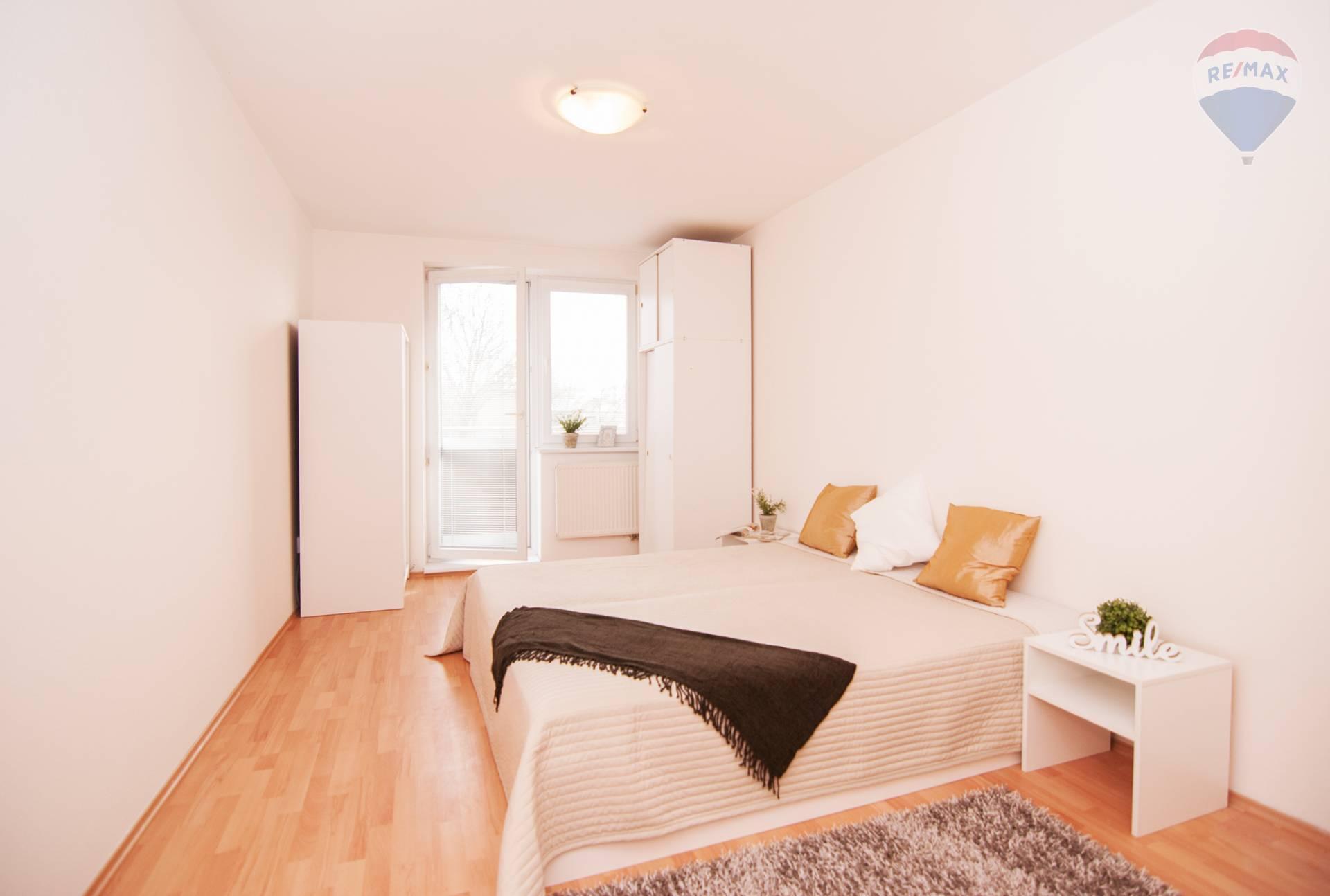 ** NOVINKA ** Na predaj priestranný 3 izbový byt s dvoma loggiami, šatníkom a komorou