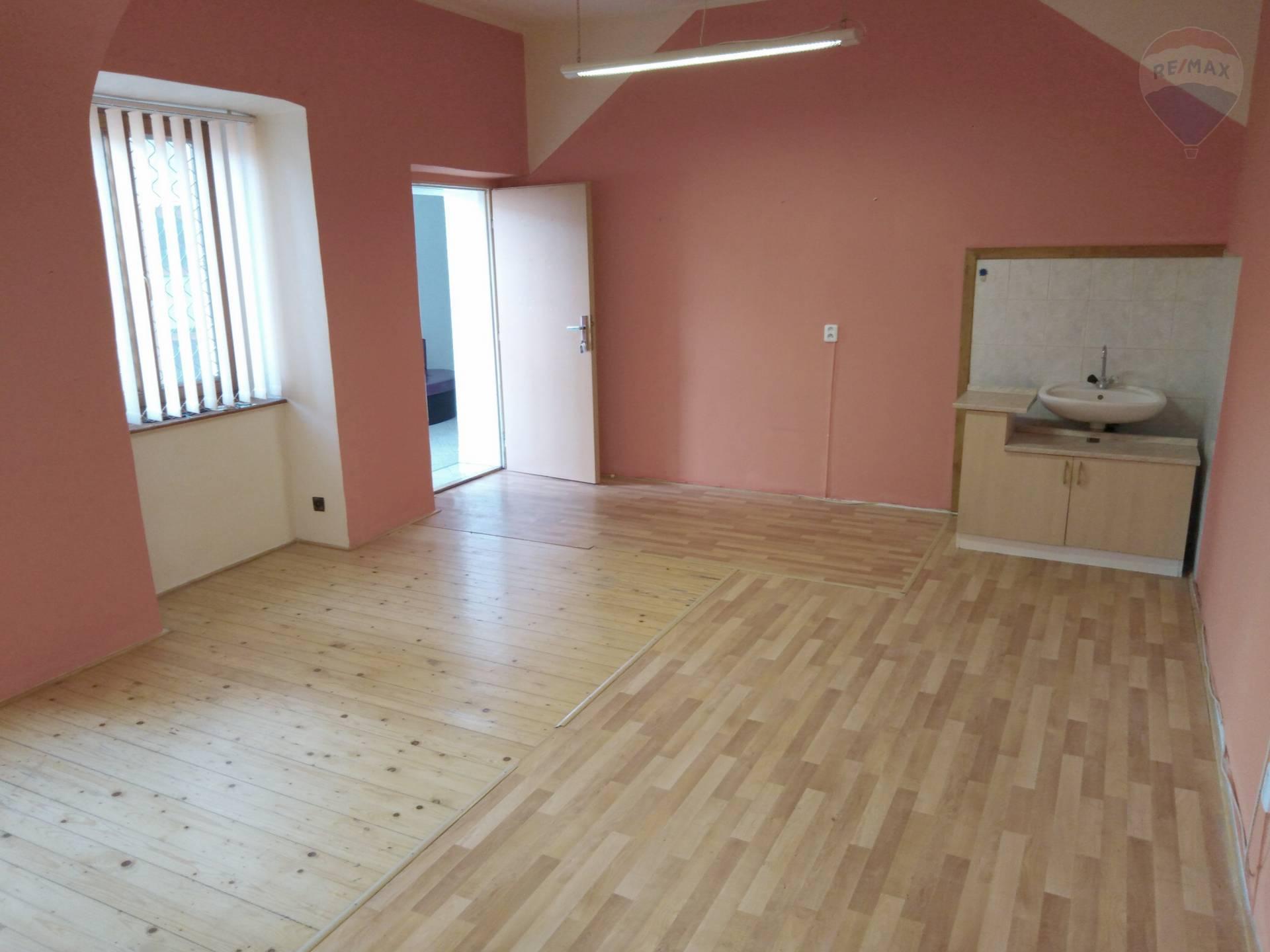 Malý priestor v historickej budove na prenájom, plocha 26 m2.