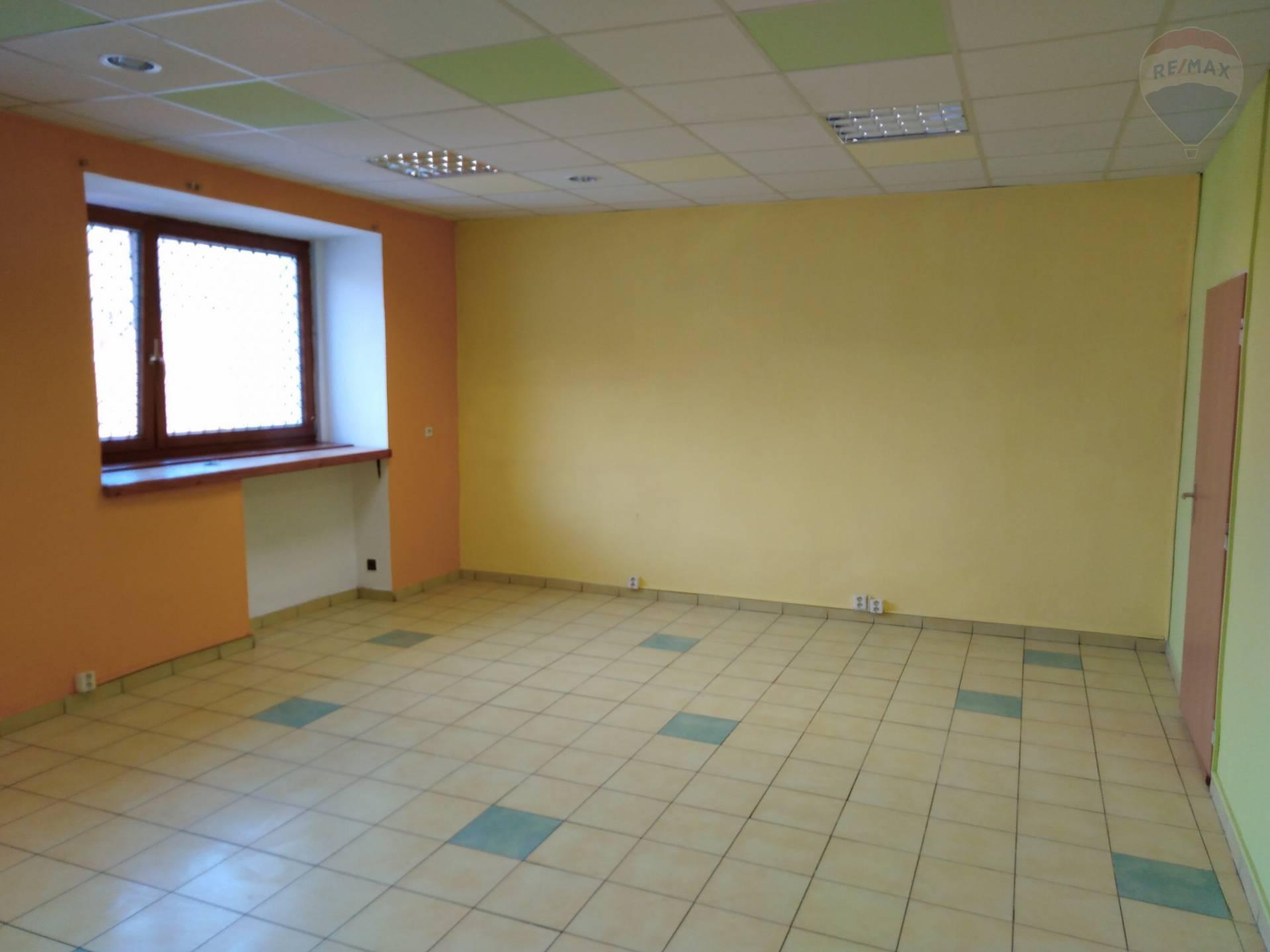 Rekonštruovaný priestor pre služby / kancelária na prenájom, plocha 59 m2.