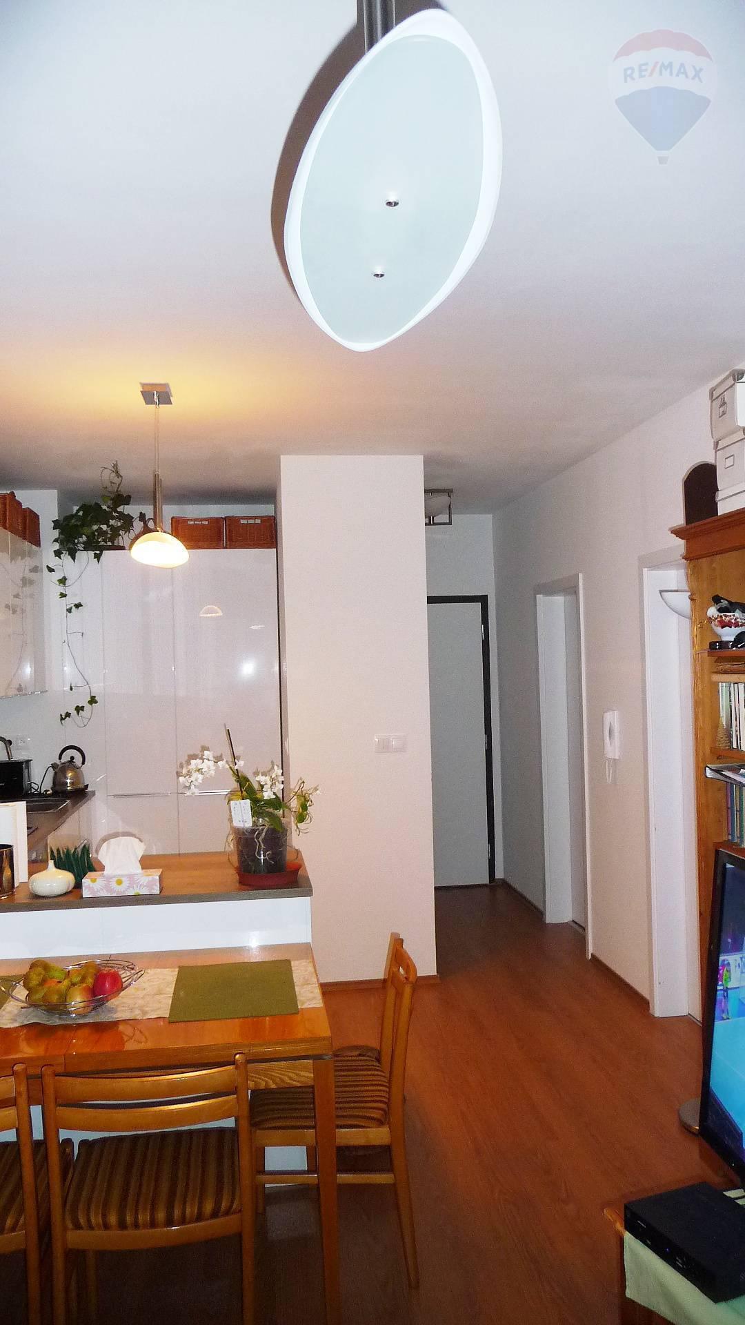 Predaj, 2-izbový byt (48,5 m2), novostavba s balkónom, zariadený