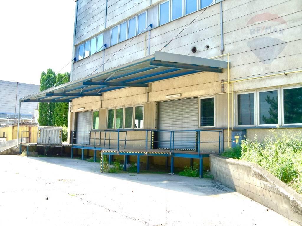 Predaj komerčného objektu 22847 m2, Vrbové - Vyrobna hala - elektricke nakladacie rampy