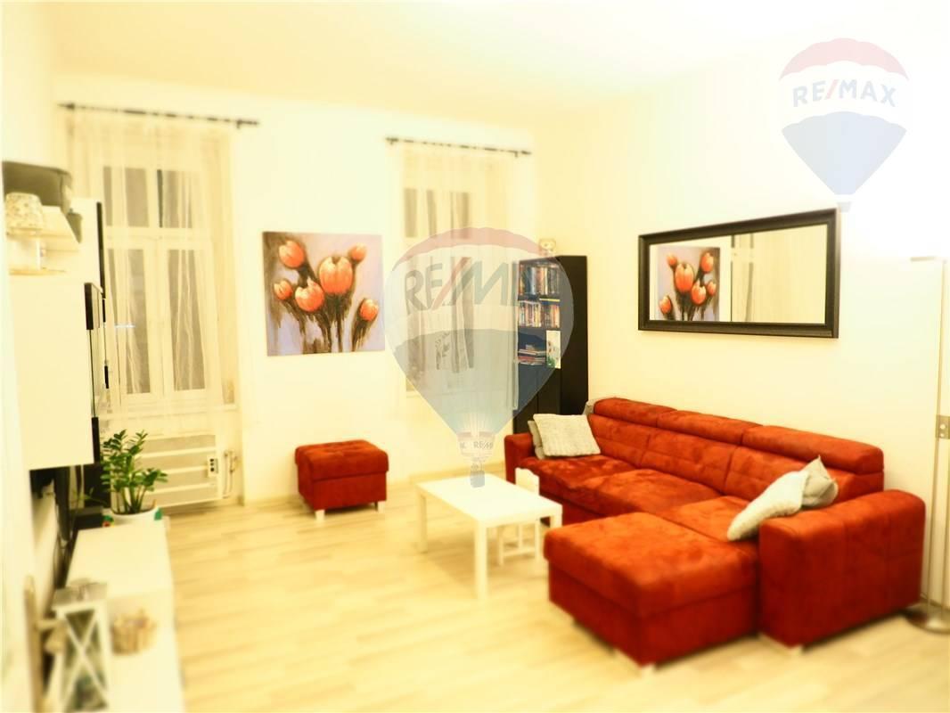 PREDAJ: 2-izb. byt, 61m2, ciastocne vynoveny, Druzstevna ul. - Nové Mesto - BAIII,pivnica,parkovanie