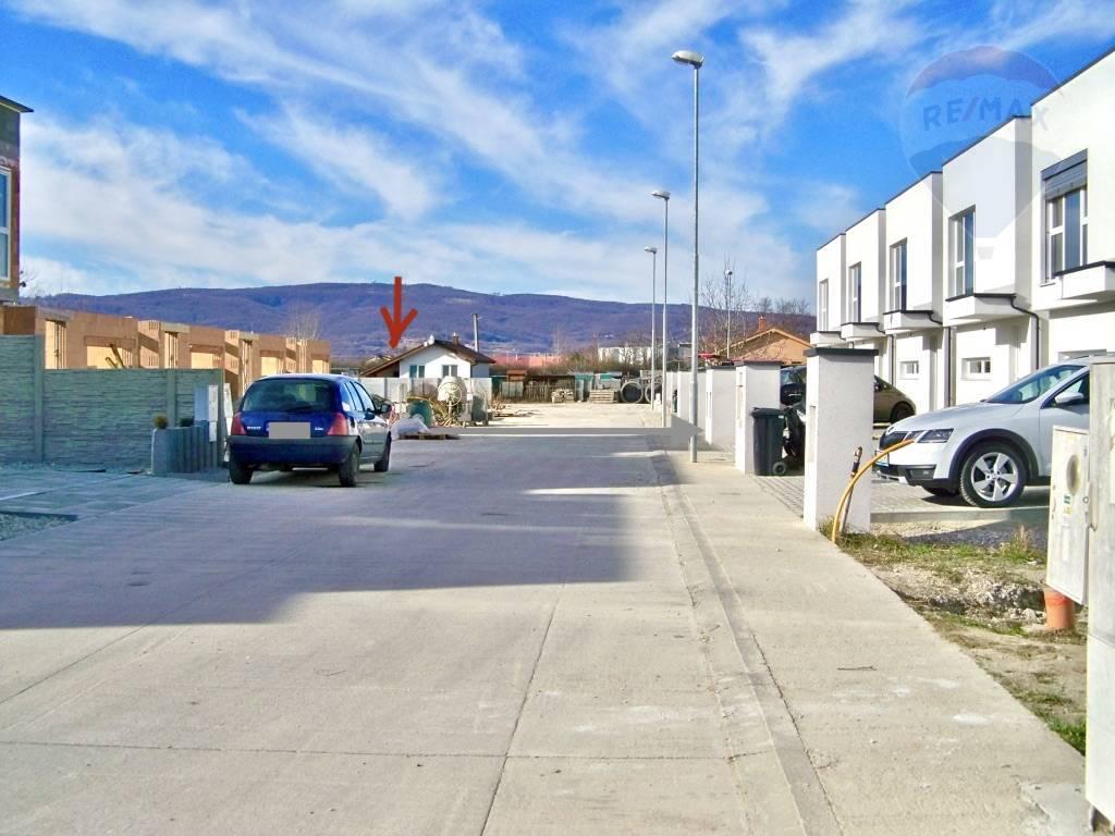 Predaj pozemku 824 m2, Chorvátsky Grob - Okolie pozemku