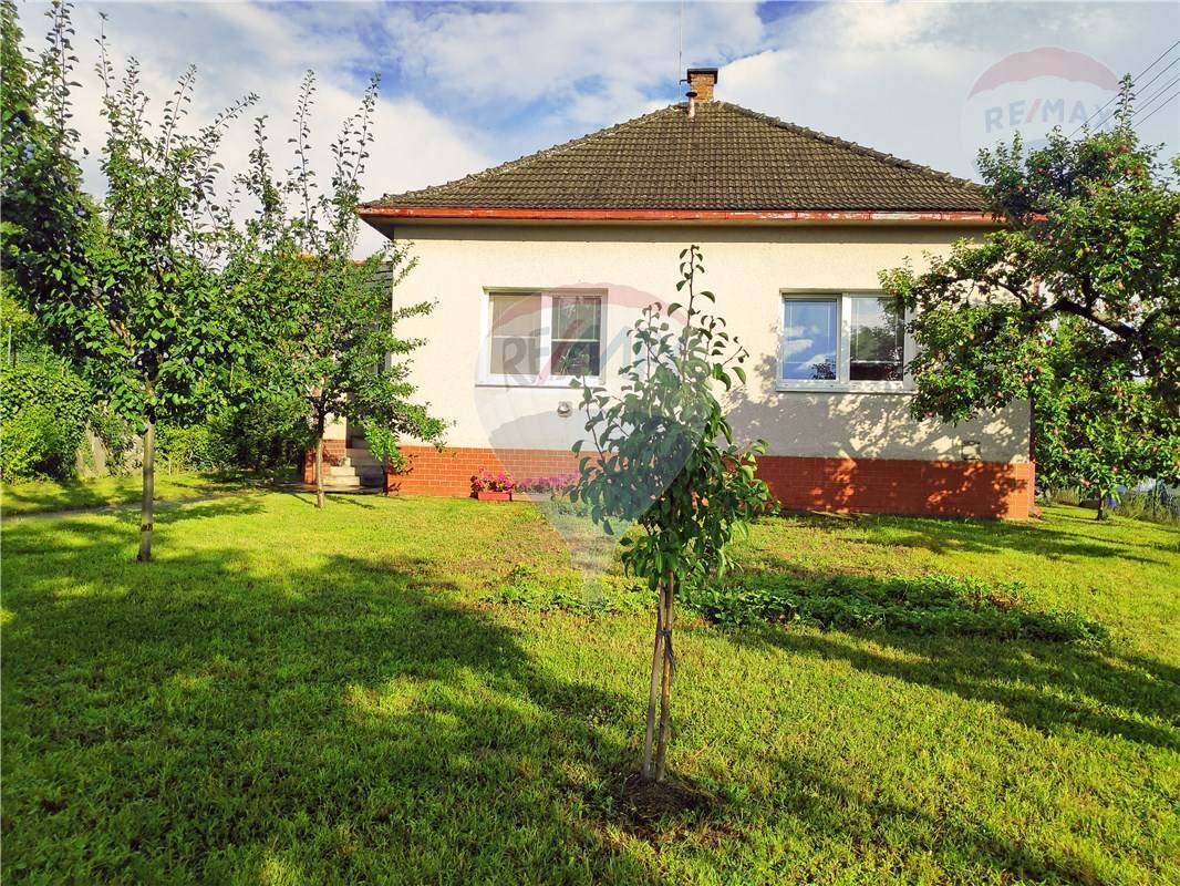 PREDAJ: Samostatný RD, centrum Stupavy,  slnečný pozemok 710m2, 3x pivnica, garáž, Vinohradská ul.