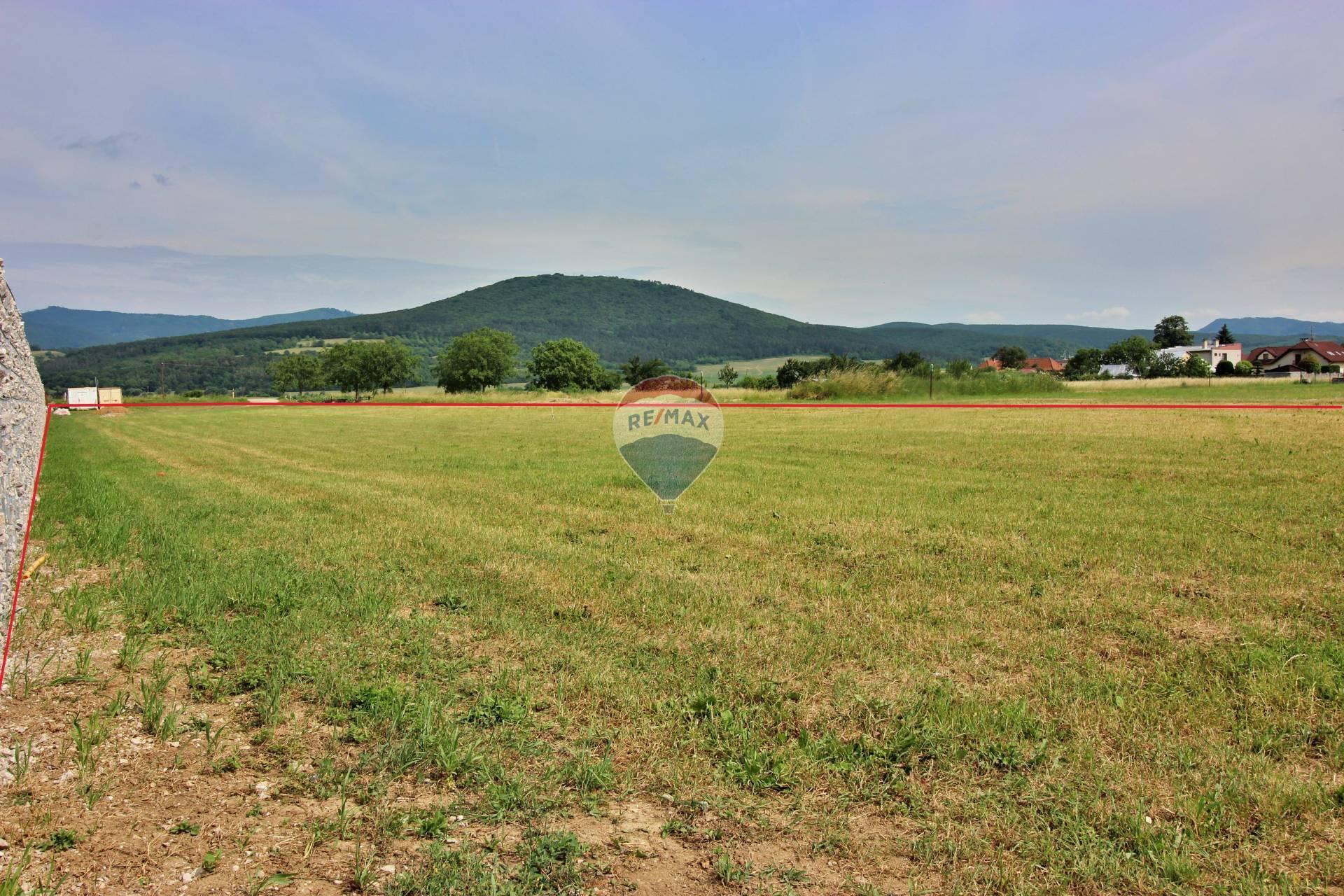 Predaj pozemku 4000 m2, Kočovce - pohľad smerom na hlavnú cestu