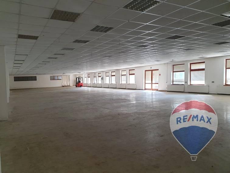 Dubnica nad Váhom - komerčný areál -hala + administratívne priestory 1100 m2