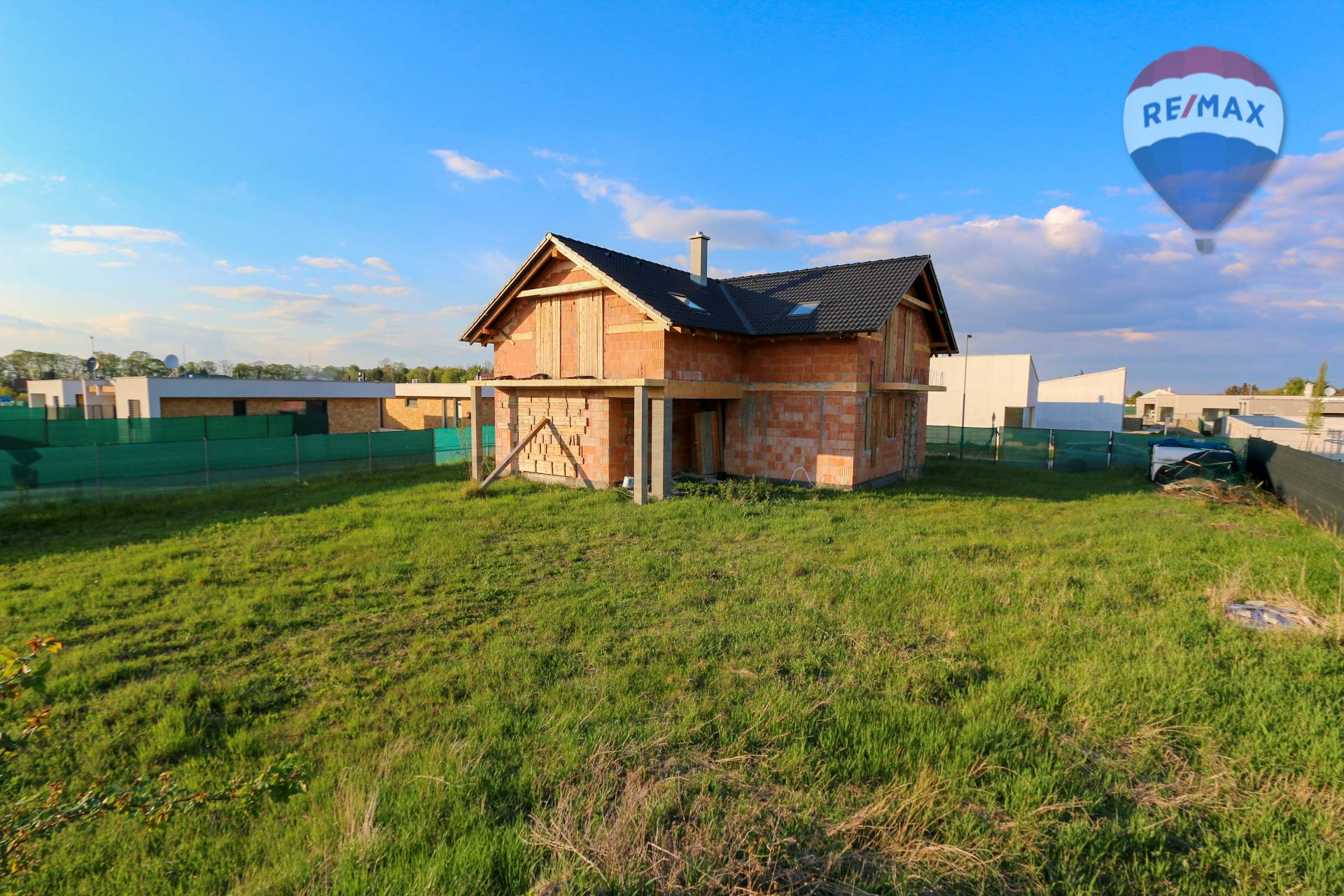 NA PREDAJ Hrubá stavba domu s veľkorysým pozemkom v Šamoríne