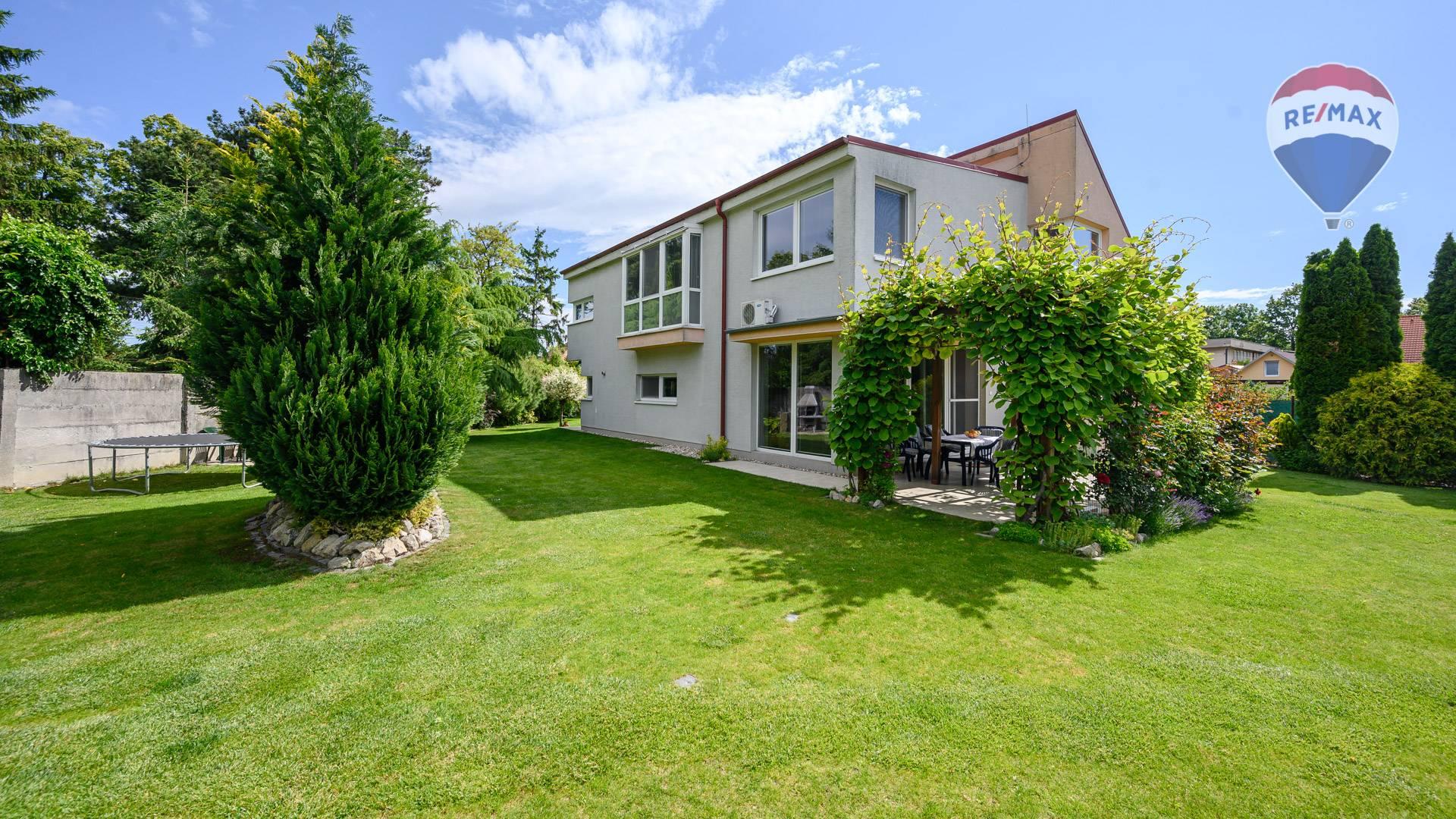 Veľkorysý rodinný dom s krásnou záhradou na ploche 810 m2 Dunajská Lužná