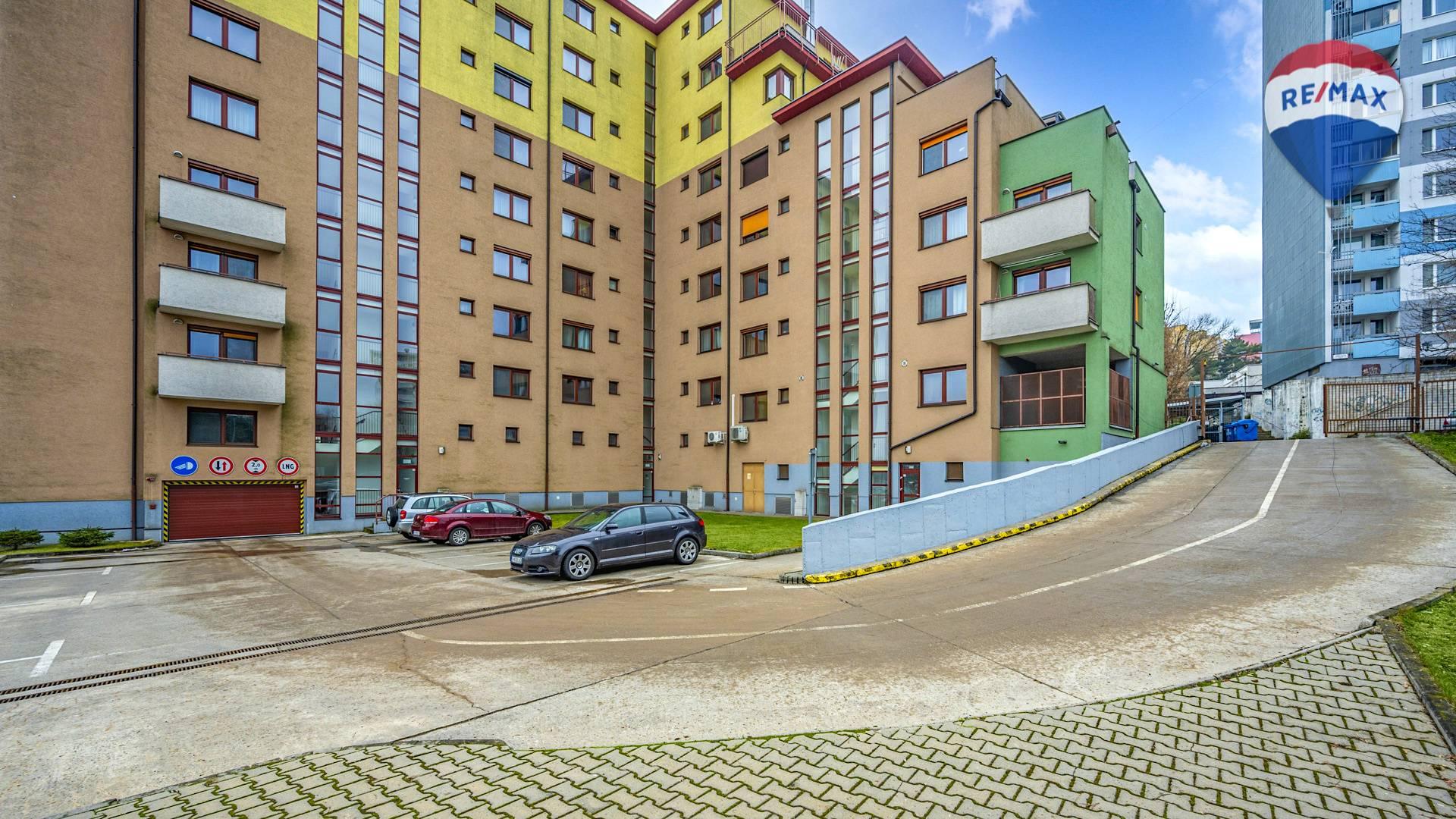 Predaj garáže 12 m2, Bratislava - Karlova Ves - vnútroblok