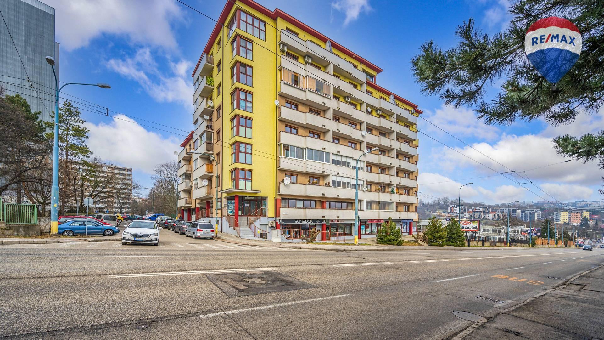Predaj garáže 12 m2, Bratislava - Karlova Ves - bytový dom