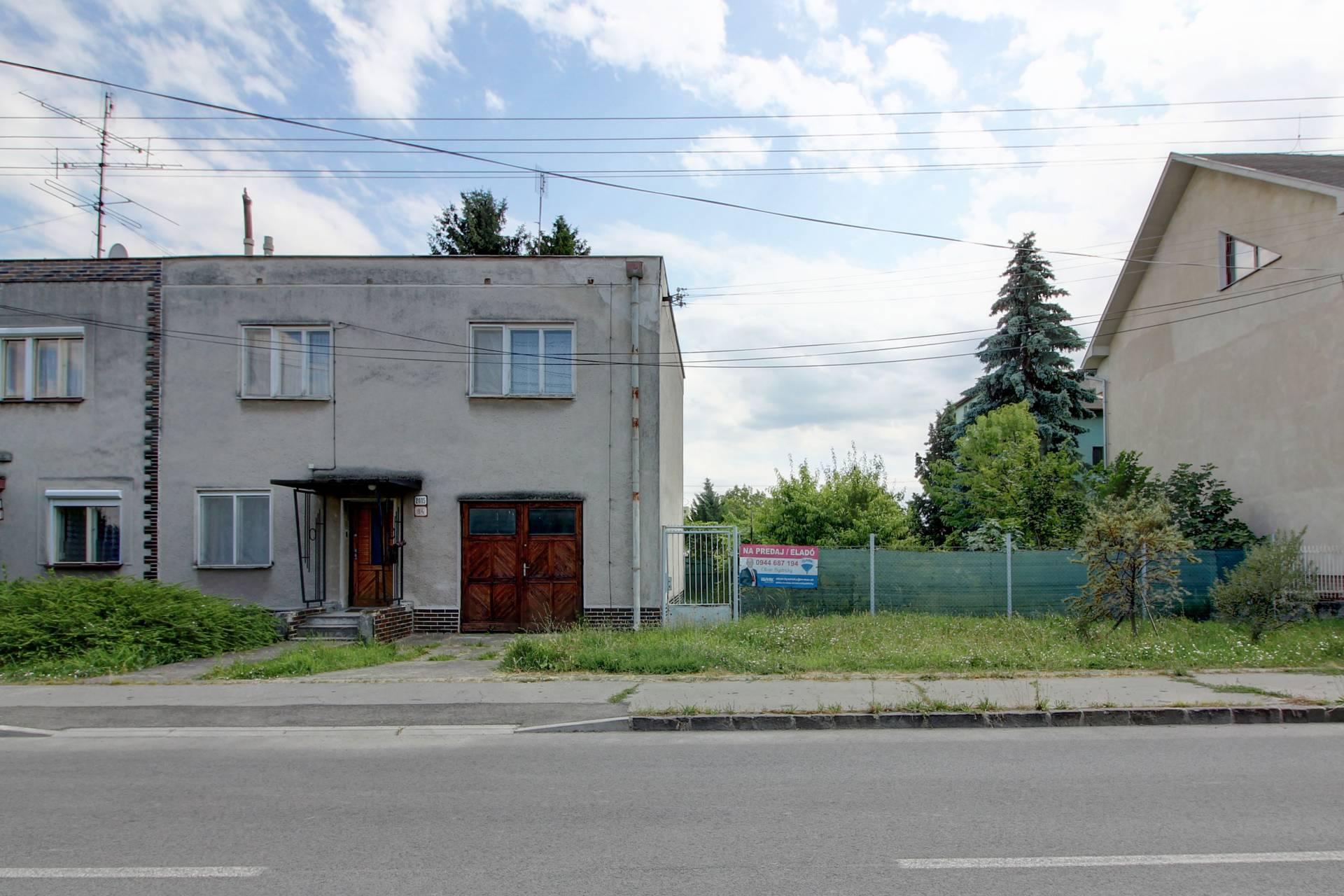 Na predaj 6- izbový rodinný dom + 417 m² stavebný pozemok v Komárne