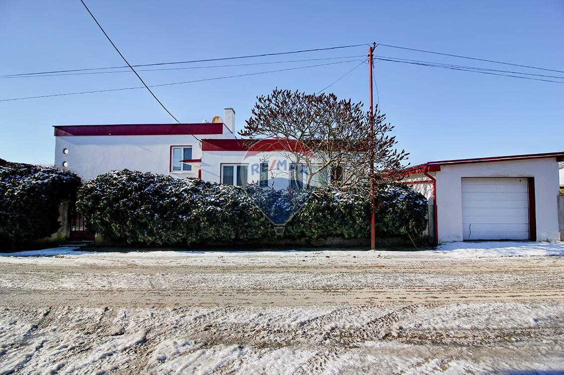 Na predaj:  6 izbový rodinný dom 240 m² , bazén, dvojgaráž, garáž,  pozemok 800 m², Čakany