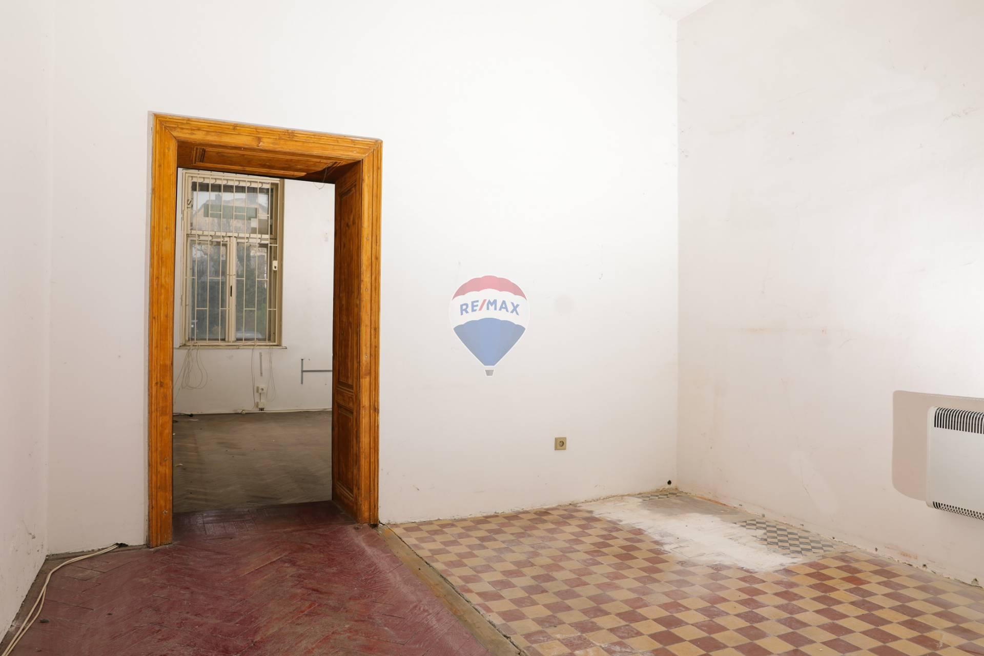 *Jedinečný investičný byt v centre s obrovským potenciálom