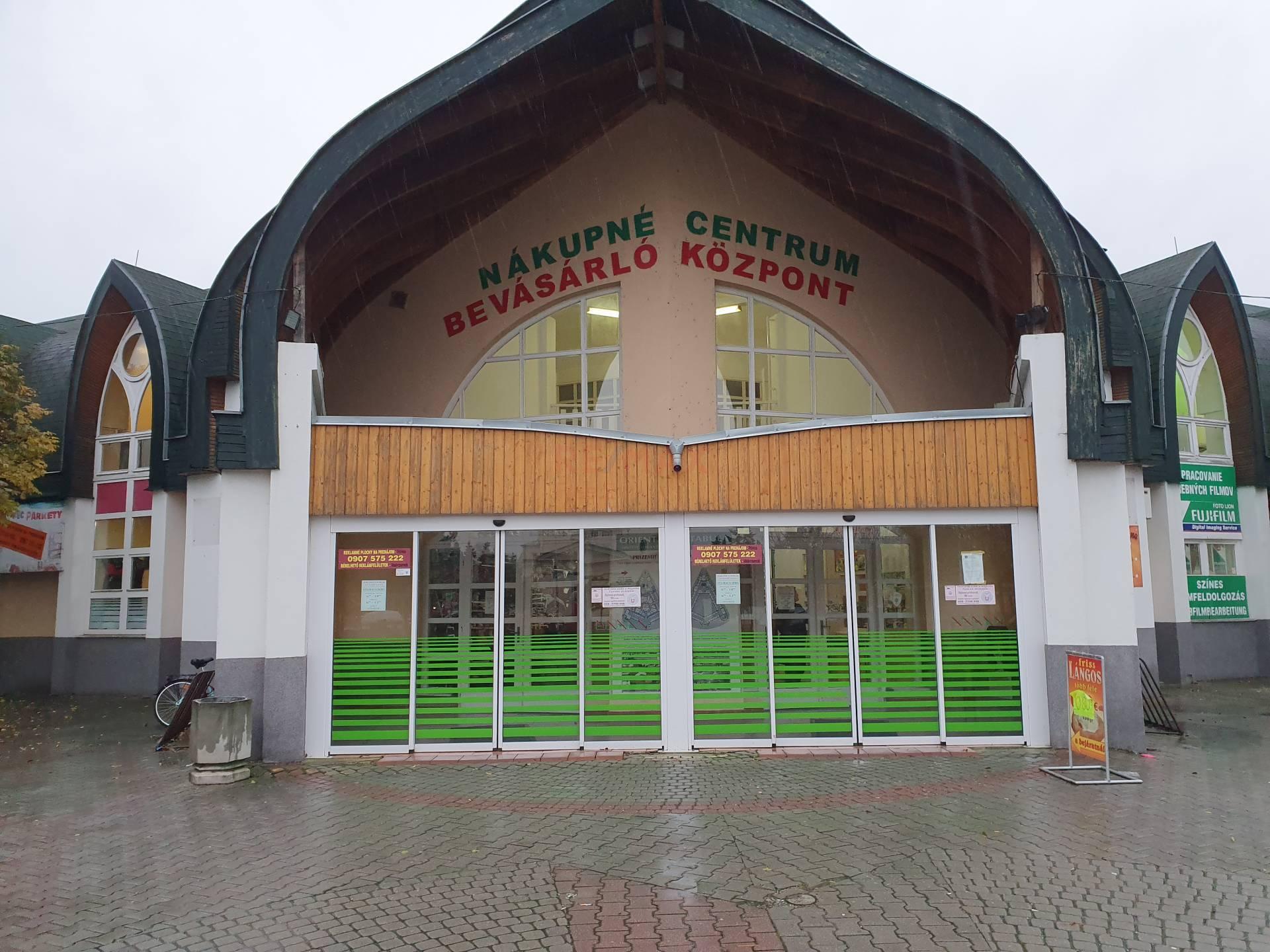 Na predaj: Obchodný priestor 11m2 v mestskej tržnici na prízemí v Komárne